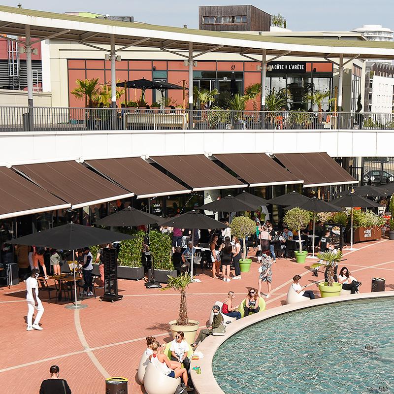 Vue des restaurants en hauteur, la fontaine proche